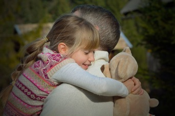 abrazo padre hija